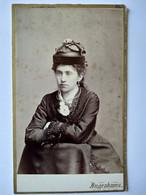 CDV USA - Portrait Jeune Fille - Mode D'époque - Chapeau à Voir - Ingraham Brothers, Massachusetts - 1870  TBE - Old (before 1900)