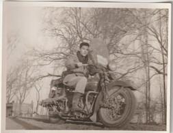 Petite Photo Moto Ancienne Harley  Davidson Et Son Conducteur Dans La Pampa Argentine   1950 - Coches