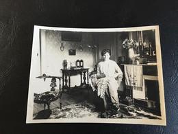 Photo (~1900) Dame Brodant Dans Son Appartement - Plaatsen