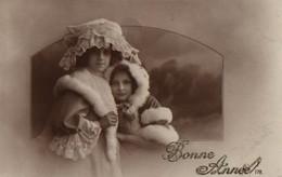 VRAIE PHOTO. Petites Filles, Chapeaux, Dentelles Et Fourrures - Portraits