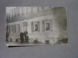 Frankfurt Bonames , Privat Foto Haus Und Bewohner Ca. 1920 - Frankfurt A. Main