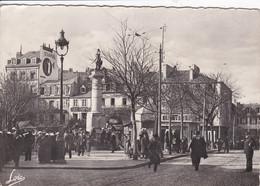 56 LORIENT Place Bisson Année 1940 , Gendarme Au Milieu De La Chaussée - Lorient