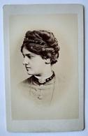 Photographie CDV - Beau Portrait Jeune Femme De Profil - Coiffure à Voir ! Dos Muet - TBE - Alte (vor 1900)