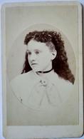Photographie CDV USA - Beau Portrait Jeune Femme Longue Chevelure Bouclée - Circa 1870 - Rockville (Conn.) TBE - Alte (vor 1900)
