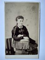 Photographie CDV USA - Portrait Femme Assise Joues Et Lèvres Peintes - Veste Typiquement Américaine - Circa 1860/65 - BE - Alte (vor 1900)
