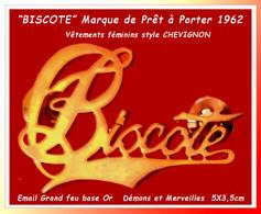 """SUPER PIN'S MARQUE De VÊTEMENTS """"BISCOTE"""" : Signé DEMONS Et MERVEILLES Email Cuivré, PRÊT à¨PORTER Depuis 1962  5X3,5, - Médical"""