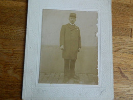 BELGIQUE :PHOTO SUR CARTON D'UN CHEF DE GARE DES CHEMINS DE FER EN TENUE FAITE EN 1904 - Andere