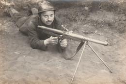 Militaire Avec Fusil Mitrailleuse. Scan - Matériel