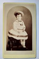 Photographie CDV Enfant - Fillette Assise - Robe Chapeau De Paille - 1874  Doncaster (GB) BE - Old (before 1900)