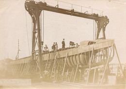 040721 PHOTO - MILITARIA BATEAU Chantier Naval Octobre 1909 à Identifier Sous Marin Puissance 3 Tonnes - Warships