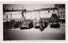 MILITARIA. LIGNY-en-BARROIS (55)  PHOTO.PLACE NATIONALE. AUTO-MITRAILLEUSES AMR33 RENAULT Et AMD CITROEN KEGRESSE. - Guerre, Militaire