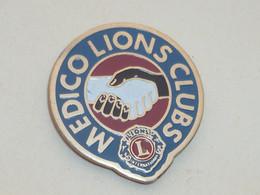 Pin's POIGNEE DE MAINS, MEDICO LIONS CLUB - Associations