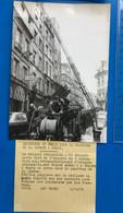 2 Photos : PARIS - INCENDIES EN SERIE QUARTIER DE LA BOURSE - POMPIERS En 1972...(format 12.6 X 18 Cm) - A.F.P. Photo - Professions