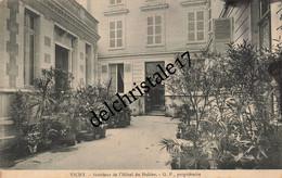 CPA 03 0147 VICHY - Intérieur De L'Hôtel Du Helder G.P Propriétaire - Animée Personne Dans L'entrée - écrite - Vichy