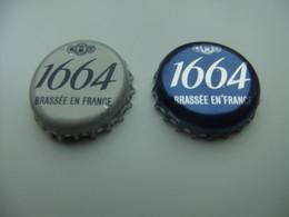 B 335 -  2 CAPSULES DE BIERE - 1664 - BRASSÉE EN FRANCE (KRONENBOURG)  GRISE Et BLEUE - Birra