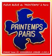 """SUPER PIN'S """"LE PRINTEMPS-PARIS"""" : Visuel """"LA FLEUR BLEUE"""" En ZAMAC Base Or, Format 2,2X2,4cm Signé CORNER, COINDEROUX - Marques"""