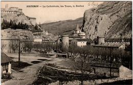 6DO 944 CPA - SISYERON -LA CATHEDRALE - LES TOURS - LE ROCHER - Sisteron