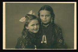 Foto AK 1937 Porträt 2 Deutsche Mädel Lange Zöpfe Schleife Besticktes Kleid - Groepen Kinderen En Familie