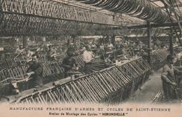 """CPA (42) SAINT ETIENNE Manufacture Française D' Armes Et Cycles Atelier Montage Cycles """"Hirondelle"""" Ouvrier  2 Scans - Saint Etienne"""