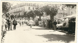 LOZERE : Mende, Défilé De Majorettes, Fetes De Mende 1972, Devant Le Café Du Commerce, Photo D'Epoque, RARE... - Mende
