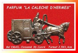 """SUPER PIN'S  """"PARFUM CALECHE"""" : De La Célèbre MARQUE """"HERMES En Email 3D Cuivré, Format 2,5X1,4cm - Parfums"""