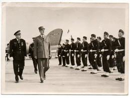 """Photo Du Général DE GAULLE Passant En Revue Des Troupes Sur Un Terrain D'aviation. Tampon Ministère Des Armées """"AIR"""".. - Identified Persons"""