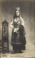 CPA Junge Frau In Norwegischer Tracht, Brud Saetersdalen, Stuhl - Costumes