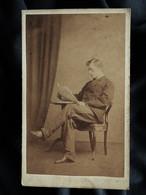 Photo CDV Robt Day, Bournemouth, Hants - Jeune Homme Lisant Un Journal, Circa 1865-70 L557C - Ancianas (antes De 1900)