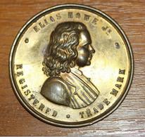 """Très Belle Applique XIXe """"Elias Howe - Registred Trade-Mark"""" L'inventeur De La Machine à Coudre Américaine - Professionali/Di Società"""