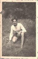 PHOTO DE 8.5 X 5.5  CMS REPRESENTANT UN HOMME DANS L'HERBE A LA CHAPELLE BASSE MER EN 1950 - Personas Anónimos