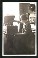 Foto-AK Junge Frau Am Grammophon - Ohne Zuordnung