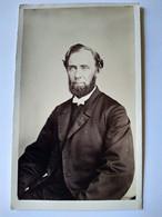 Photographie CDV USA - Homme Assis - Collier De Barbe - Dos Muet - Circa 1865  TBE - Alte (vor 1900)