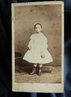 Photo CDV  Poupat à Bourges  Jolie Petite Fille  Coiffe En Dentelle, Panier  Sec. Empire  CA 1865 - L557C - Old (before 1900)