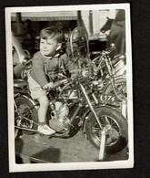 Photo 8 X 6 Cm - Carrousel Manège - Enfant Jeune Garçon Sur Une Moto - Foire Forain - Attraction Foraine - Snapshot - Automobili