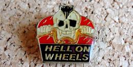 Pin's MOTO - BIKER Hell On Wheels SKULL - Verni époxy - Fabricant Inconnu - Motorbikes