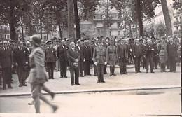 CARTE PHOTO WW2 VICHY REVUE DU 14 JUILLET 1940 DEFILE PETAIN WEYGAND LAVAL DARLAN ET LES AUTRES DOS DIVISE NON ECRIT - Guerra, Militares