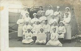 """03 - RARE CARTE PHOTO - SOUVENIR VICHY -  SAISON 1911 - MAISON """"CAFONDRE"""" - (VOIR PANNEAU)  PERSONNELS De RESTAURATION - Vichy"""