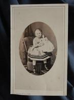 Photo CDV Fatalot à Lyon  Petite Fille Assise Avec Une Grande Poupée  Sec. Empire  CA 1865 - L557D - Old (before 1900)