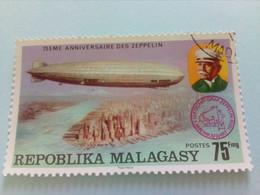 MADAGASCAR - Repoblika Malagasy - Timbre 1975 : Portrait Du Comte Von Zeppelin / Dirigeable LZ-127 Au-dessus De New-York - Madagascar (1960-...)