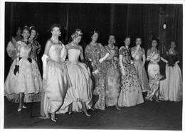 PHOTO DE PRESSE GALA DE HAUTE COUTURE PARISIENNE 24/05/1957 AU THEATRE DES CHAMPS ELYSEES 17.50 X 12.50 CM - Andere