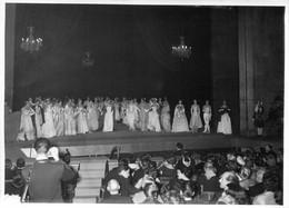 PHOTO DE PRESSE GALA DE HAUTE COUTURE PARISIENNE 24/05/1957 AU THEATRE DES CHAMPS ELYSEES 18 X 13 Cm - Andere