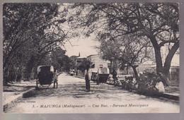 CPA Coloniale - Madagascar - Majunga - Une Rue , Bureaux Municipaux - Circulée - Madagascar