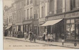 Bar Le Duc   55  La Rue Entre Deux-Ponts_Trottoir Tres Tres Animé Devant Café-Vetements-Librairie-Epicerie-Armes - Bar Le Duc