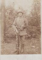 PHOTO ALLEMANDE - GUERRE 14-18 - SOLDAT AVEC CASQUE D'ACIER - MASQUE À GAZ ET ÉQUIPEMENT - Oorlog 1914-18