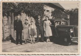 Petite Photo  Les Famille Buot Et Jeunet  Devant La Renault Novaquatre ?  Ste Marie Près De Vire (14) - Cars
