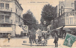 58 - NEVERS : L'Avenue De La Gare ( Café Hotel De La Paix - Animation En 1er Plan )  CPA - Nièvre - Nevers