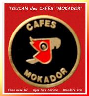 """SUPER PIN'S """"CAFE"""" ; TOUCAN Pour Illustrer Les """"CAFES MOKADOR"""" En émail Base Or, Signé Pin's SERVICE, Diamètre 2cm - Alimentation"""