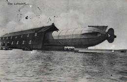 Das Luftschiff - Dirigeable Zeppelin Dans Son Hangar Au Lac De Constance (Konstanz) En 1913 - Aeronaves