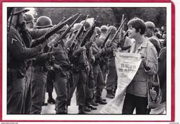 CPM Photo De Raymond DEPARDON Manifestaion Contre La Guerre Du VIETNAM Aout 1968  ( F6 - Photographie