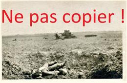 PHOTO FRANCAISE - CADAVRE ET TANK DETRUIT DANS LA PLAINE DE CHAUDUN PRES DE SOISSONS AISNE - GUERRE 1914 1918 - 1914-18